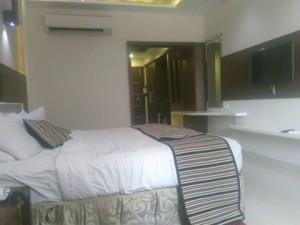 होटल एम्बिएन्स का आलिशान कमरा