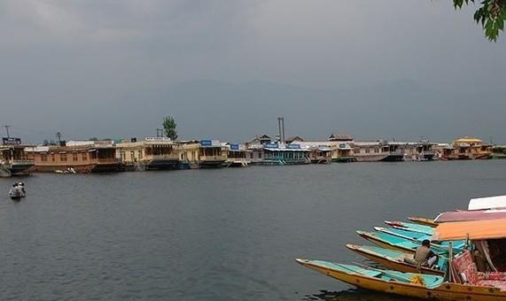 कश्मीर में प्रकृति पूरे रंग में, लेकिन पर्यटक नदारद
