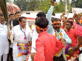 मुख्यमंत्री श्री कमल नाथ बिजावर जिला छतरपुर में आयोजित मोनिया महोत्सव में बुंदेलखण्ड संस्कृति के परिधान में लोकनृत्य में शामिल हुए।.